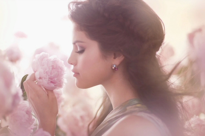 selena-gomez-smells-a-beautiful-pink-rose (700x465, 144Kb)