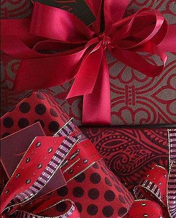 Упаковка подарка с цветком 95