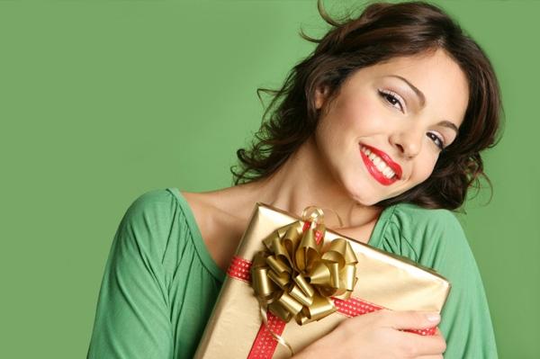 woman-with-christmas-gift (600x399, 113Kb)