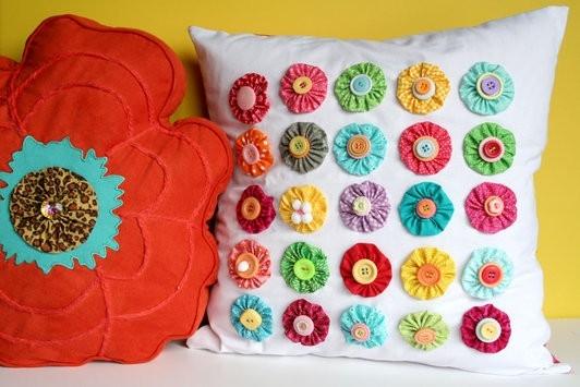 Декор подушек пуговичками и цветочками йо-йо (1) (532x355, 127Kb)