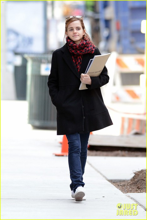 emma-watson-braves-frigid-cold-for-nyc-apartment-hunting-15 (468x700, 56Kb)