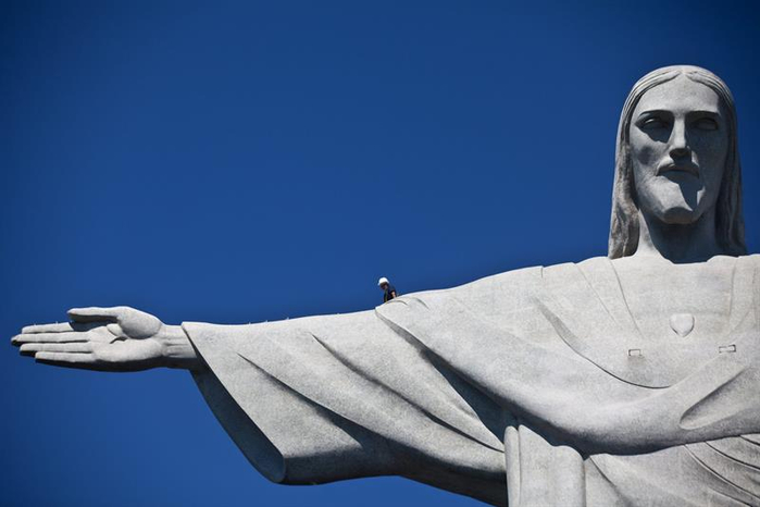 статуя христа в Рио–де–Жанейро 1 (700x466, 154Kb)