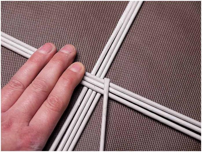 Плетение из газет. Мастер-класс по плетению корзинки для цветов (2) (700x526, 337Kb)