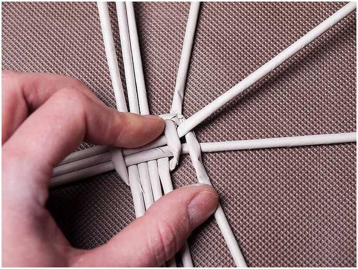 Плетение из газет. Мастер-класс по плетению корзинки для цветов (5) (700x526, 328Kb)