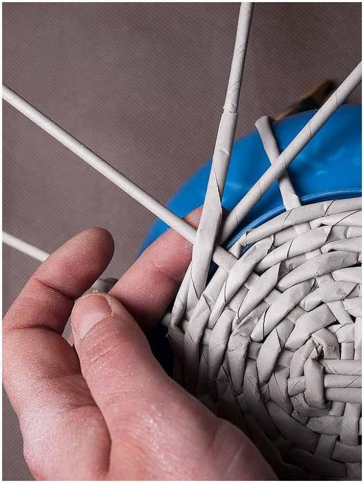 Плетение из газет. Мастер-класс по плетению корзинки для цветов (11) (526x700, 240Kb)