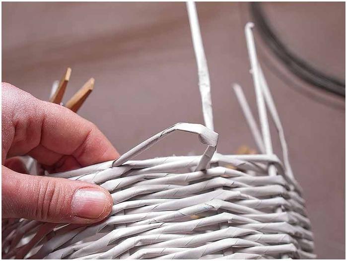 Плетение из газет. Мастер-класс по плетению корзинки для цветов (17) (700x526, 190Kb)