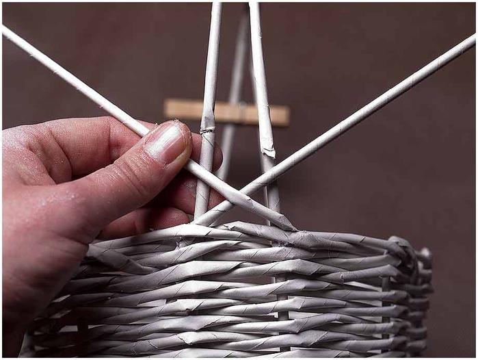 Плетение из газет. Мастер-класс по плетению корзинки для цветов (21) (700x526, 193Kb)