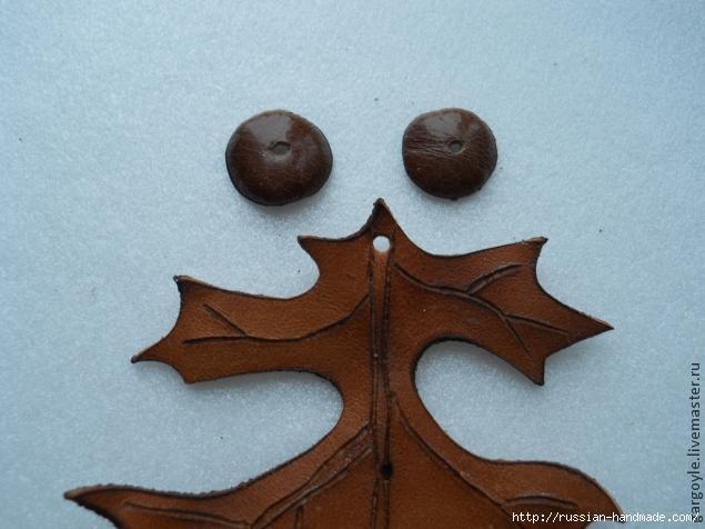 Дубовый лист из кожи и желуди из деревянных бусин (13) (635x476, 123Kb)