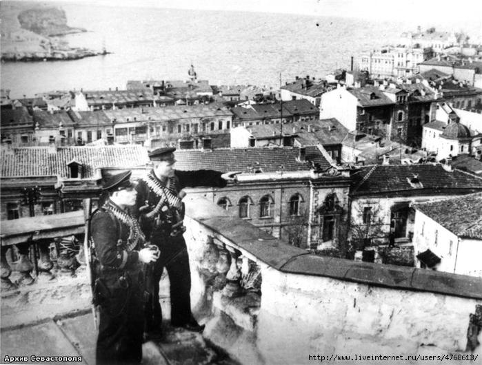 гимн Да как же его могли снести, если на многих фотографиях 1944 года оно присутствует. В т.ч. и на одной из недавно выложенных уважаемым DUSTik (за Владимирским собором).c56393 (700x530, 271Kb)