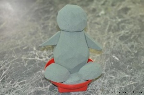 Los juguetes hechos de flores.  Pingüino de crisantemo (3) (548x363, 83Kb)