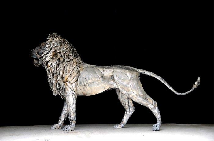 металлическая скульптура льва (700x461, 85Kb)