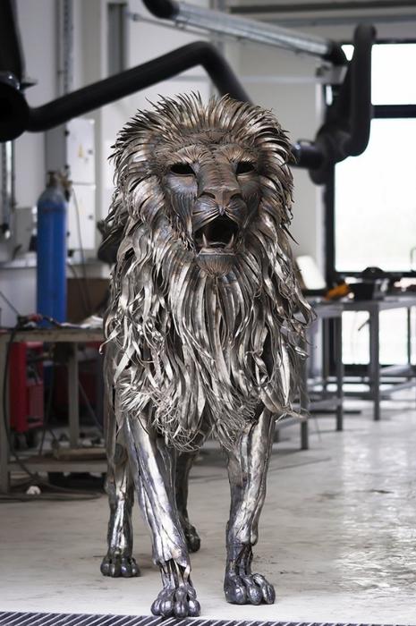 металлическая скульптура льва 4 (465x700, 228Kb)