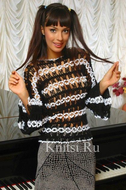 черно-белый пуловер вилкой и