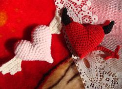 вязаные сердечки валентинки сердечки на день всех влюбленных святого Валентина как связать сердечко на день святого валентина, сзема вязания сердечек,/4682845_vyazanoe_serdechko_s_krilishkami_i_rojkaami (250x183, 59Kb)