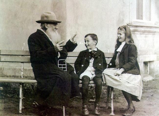 1 Лев Толстой рассказывает историю своим внукам, 1909 (650x476, 524Kb)