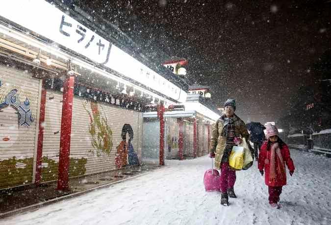 Зима. Токио засыпало снегом © Toru Hanai Reuters 3  (675x459, 178Kb)