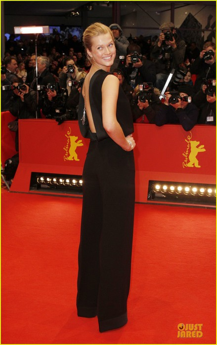 toni-garrn-bares-back-at-monuments-men-berlinale-premiere-07 (439x700, 68Kb)