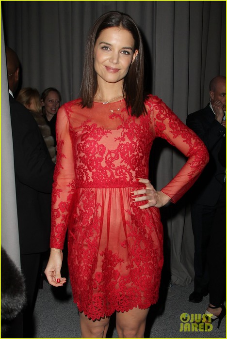 katie-holmes-lady-in-red-at-marchesa-fashion-show-09 (468x700, 81Kb)