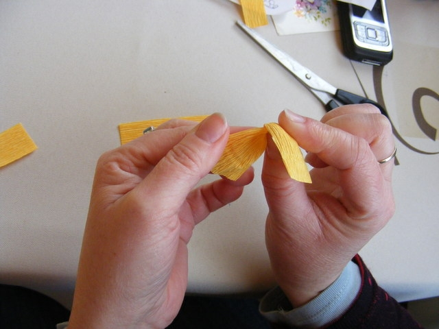 Крокусы из гофрированной бумаги. Мастер-класс (5) (640x480, 153Kb)