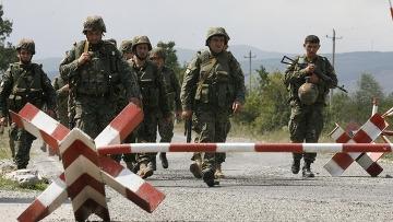 Грузинские солдаты пересекают блокпост. (360x203, 77Kb)