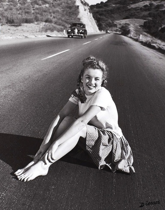Marilyn Monroe at 19 years sitting in the middle of the Pacific Coast Highway, California, USA, 1945 (550x700, 116Kb)