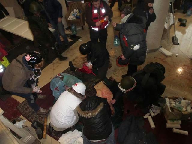 Врачи спасают людей в гостинице Украина (640x480, 222Kb)