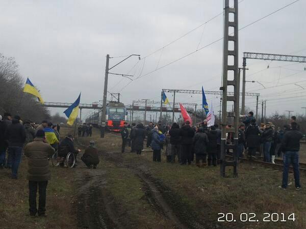 Неймовірно! У Дніпропетровську зупинили потяг з бійцями та титушками. Вагони відчепили від локомотива!!! (600x450, 151Kb)