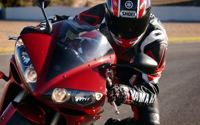 Мотоэкипировка для настоящих мужчин в РусАктиве/4059776_motociklist_na_krasnoy_yamahe_1920x1200 (700x437, 233Kb)
