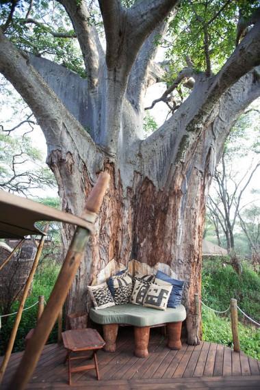 у дерева (380x570, 290Kb)