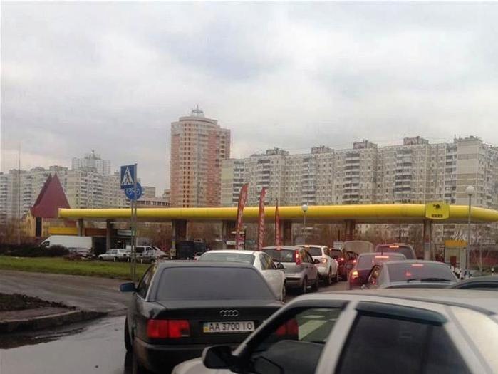 В регионах Украины за последние сутки резко возрос дефицит бензина на заправках и возросли очереди на АЗС.