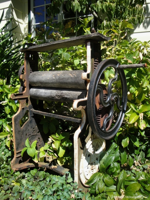 Our-Antique-Laundry-Press-as-Garden-Decor (525x700, 394Kb)