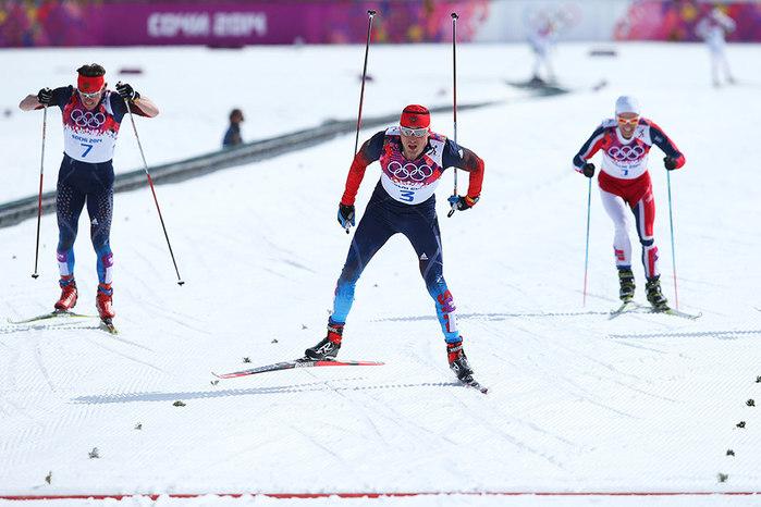 Победный финиш россиянина Александра Легкова (в центре) в гонке с масс-старта на 50 километров на Олимпийских играх в Сочи. (700x466, 79Kb)