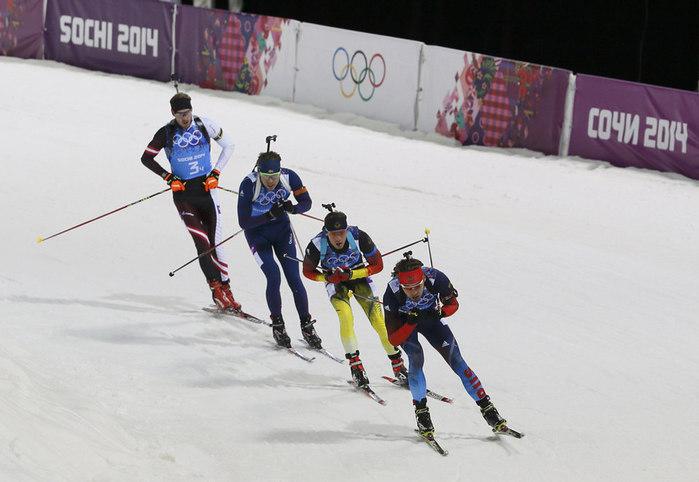 Россиянин Антон Шипулин (справа), немец Симон Шемп, норвежец Эмиль Свендсен и австриец Доминик Ландертингер (слева) в эстафетной гонке на Олимпиаде в Сочи. (700x482, 67Kb)