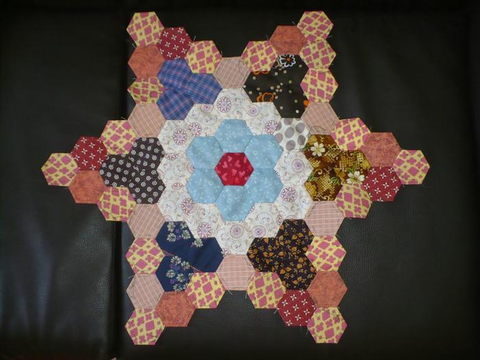 Пэчворк. Создание и сшивание шестиугольников для пледа. Мастер-класс (58) (700x525, 341Kb)