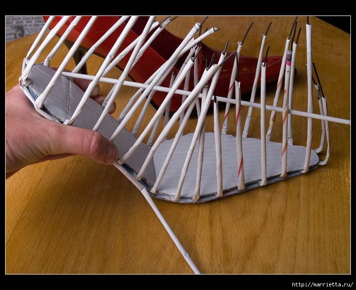Плетение из газет. ТУФЕЛЬКА на шпильке. Мастер-класс (11) (700x571, 298Kb)