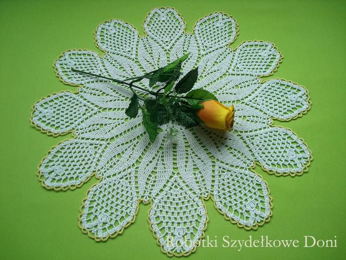 Вязание крючком. Салфетка в форме цветка ромашки (5) (700x525, 455Kb)