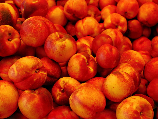 Food_Berries_and_fruits_and_nuts_Pile_peaches_031179_29 (640x480, 348Kb)