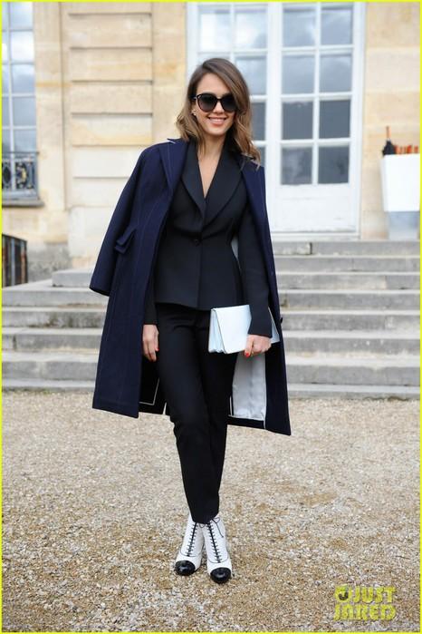 jessica-alba-emma-roberts-christian-dior-fashion-show-16 (466x700, 97Kb)