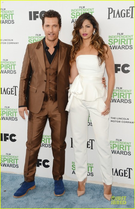 matthew-mcconaughey-sports-flashy-brown-suit-at-independent-spirit-awards-with-camila-alves-01 (451x700, 85Kb)