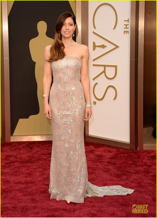 jessica-biel-is-a-metallic-stunner-on-oscars-2014-red-carpet-05 (506x700, 90Kb)