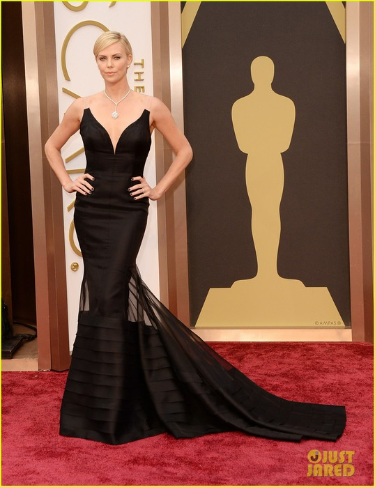 charlize-theron-stuns-in-dior-on-oscars-2014-red-carpet-02 (538x700, 84Kb)