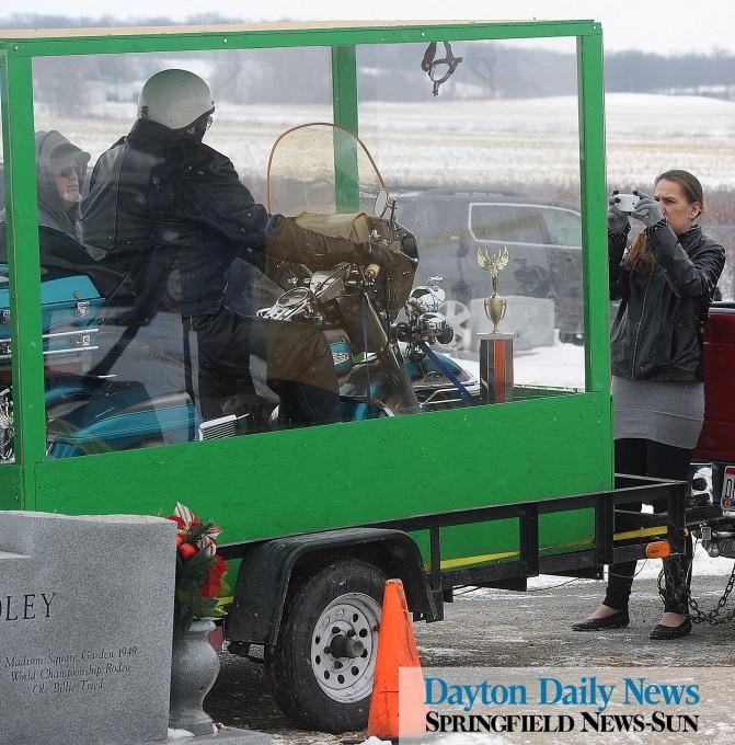 байкера похоронили на мотоцикле 2 (671x680, 420Kb)