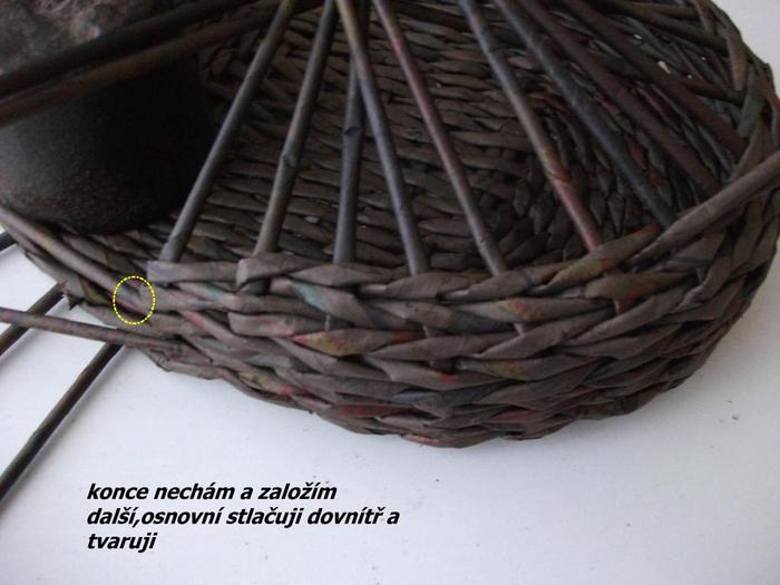 Плетение из газет. Цветочное настенное кашпо (4) (700x525, 280Kb)