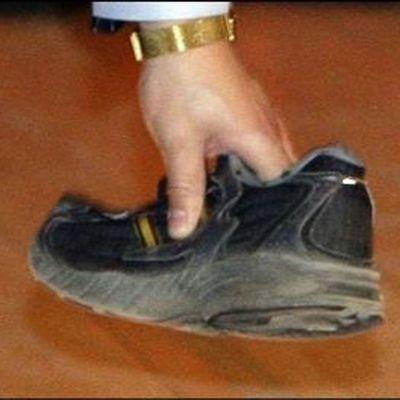Бросившему ботинок вкитайского премьера предъявили обвинения