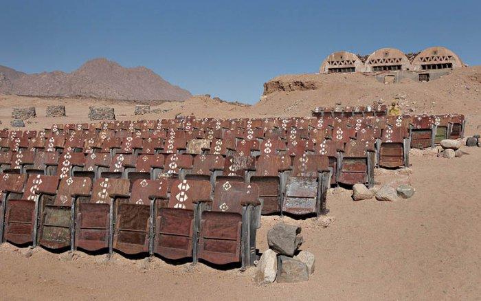 кинотеатр в пустыне 1 (700x438, 251Kb)