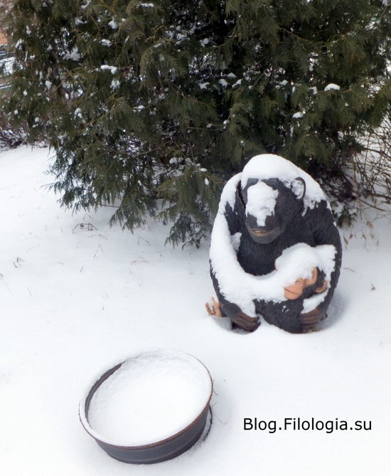 Фигура обезьяны на снегу перед кафе в Москве/3241858_1903_06 (550x669, 188Kb)