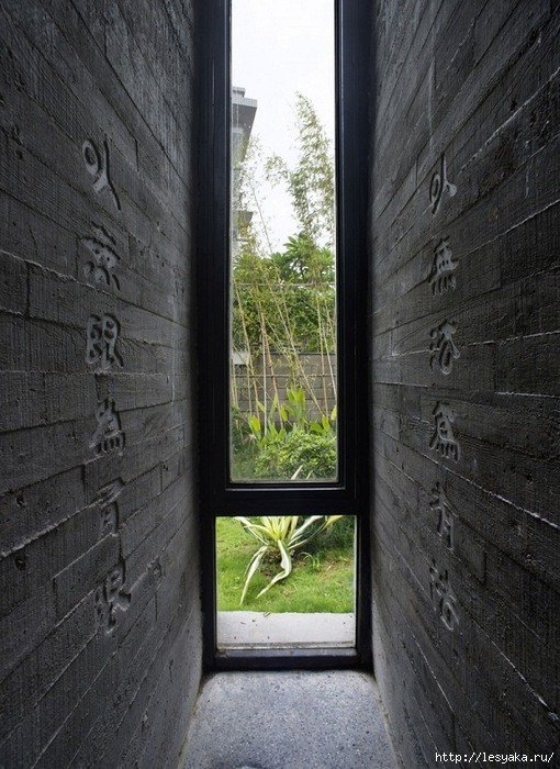 wall-design-ideas-black-bricks-carved-hierogliphs-Tapered-House (510x700, 298Kb)
