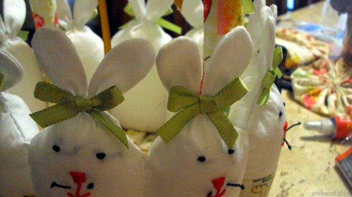 Текстильная корзинка из пасхальных зайцев. Мастер-класс (36) (700x393, 324Kb)