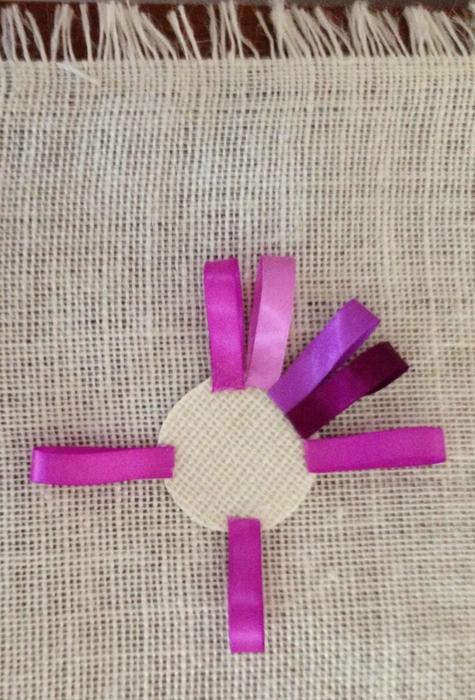 Салфетка из мешковины с цветами из ленточек (4) (475x700, 355Kb)