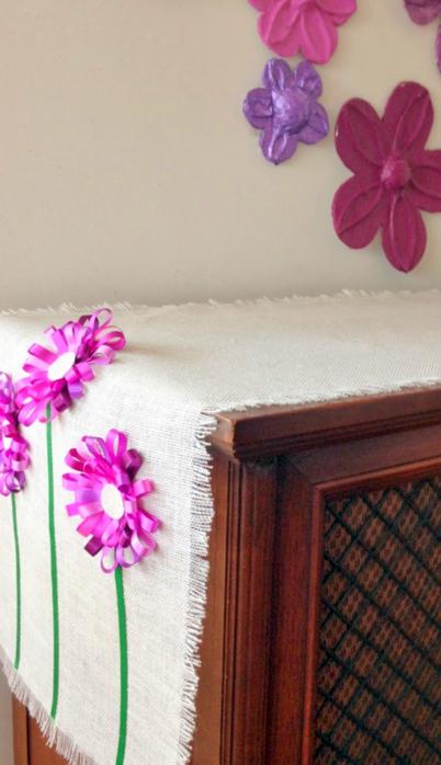 Салфетка из мешковины с цветами из ленточек (10) (402x700, 273Kb)